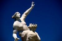 Brunnenfigur streckt Arm in den Himmel