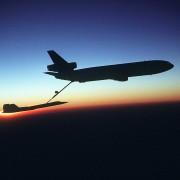 Flugzeug tankt in der Luft auf