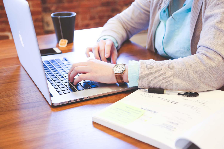Mann vor MacBook